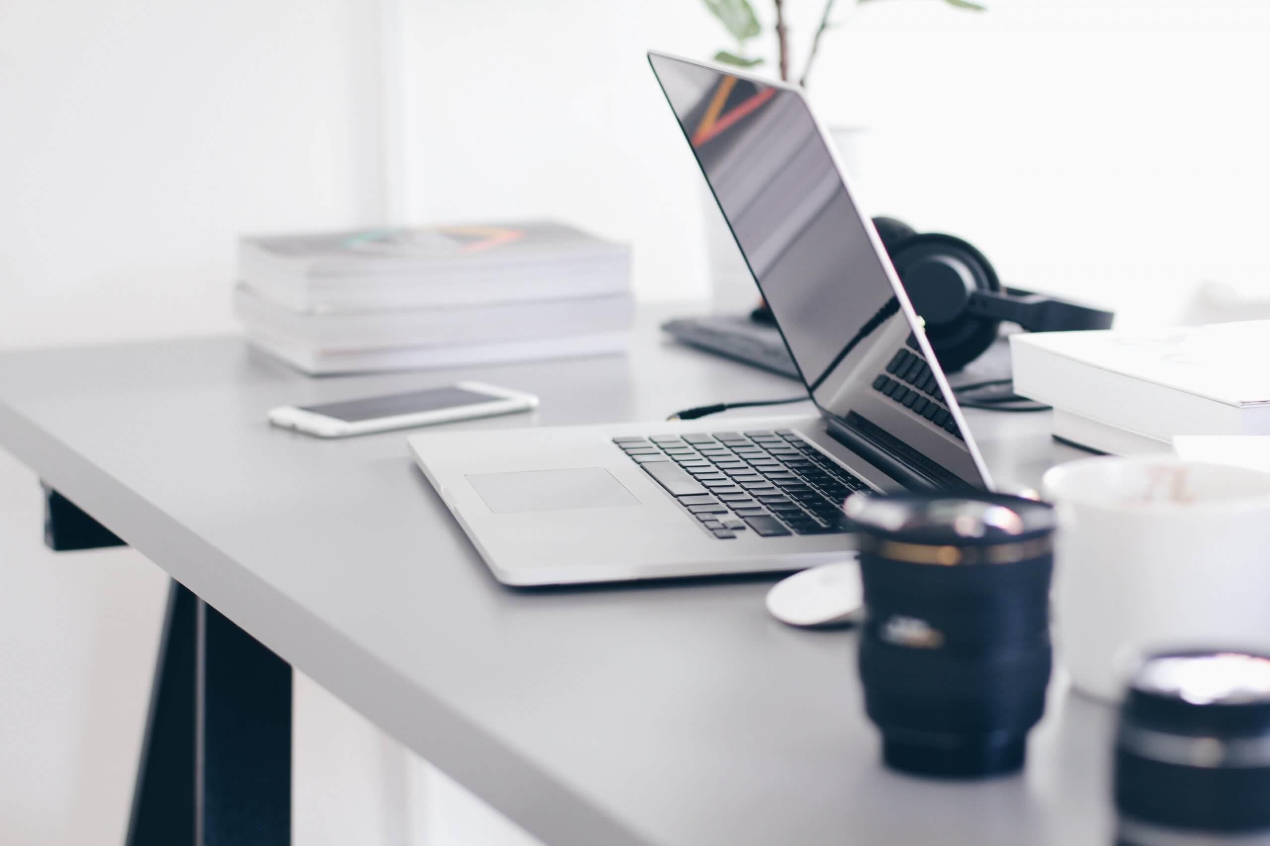 Računalnik na mizi zaposlenega