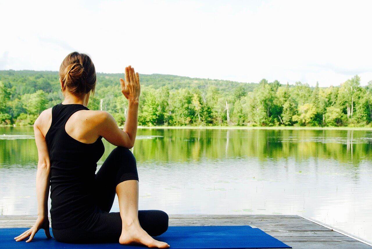 Yoga ob jezeru za boljšo telesno pripravljenost zaposlenih